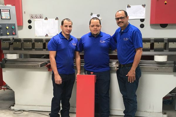 New machines for PMP Dominicana. Employees trained in Kampen.